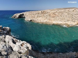 Potamos: une plage avec cailloux, idéale pour faire de la pêche sous l'eau